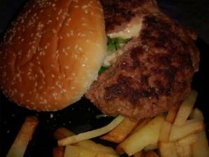 Hamburguesa rellena de queso.