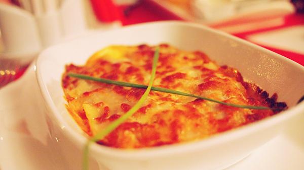 Lasaña de jamón con base de patata.