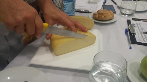 Corte de queso en un concurso.