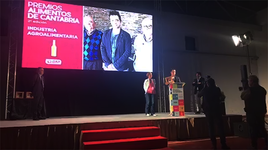 César Ruiz recogiendo el Premio Alimentos de Cantabria.